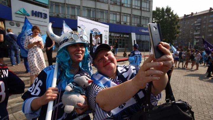 Танцующие девушки и необычные костюмы фанатов:в Новосибирске стартовал День болельщика ХК «Сибирь»