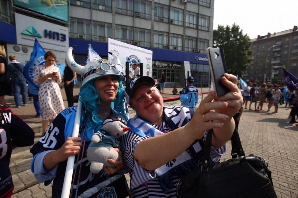 Сотни болельщиков выстраиваются на марш к ЛДС «Сибирь»