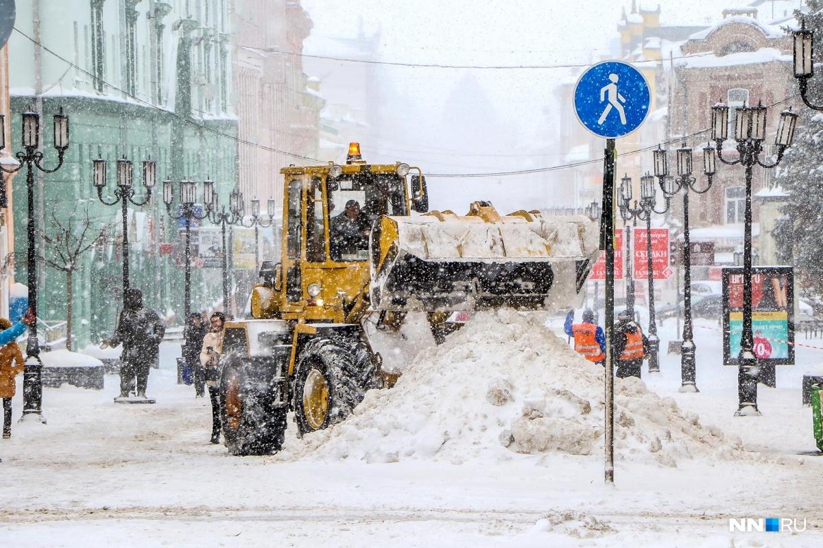 Метель бушует: 15 фотографий нижегородцев, борющихся с непогодой