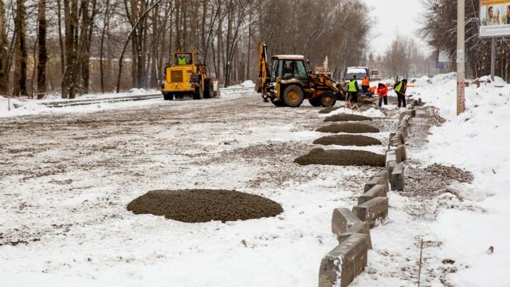 Мэрия Ярославля объяснила, почему рабочие укладывают асфальт в снег