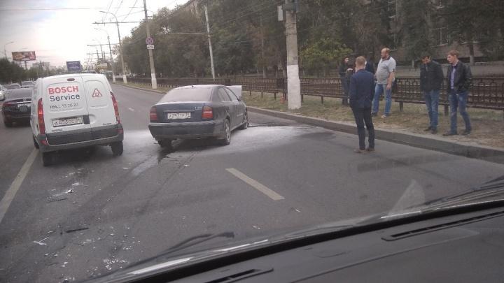 Skoda Octavia протаранила микроавтобус и загорелась: в центре Волгограда пробка