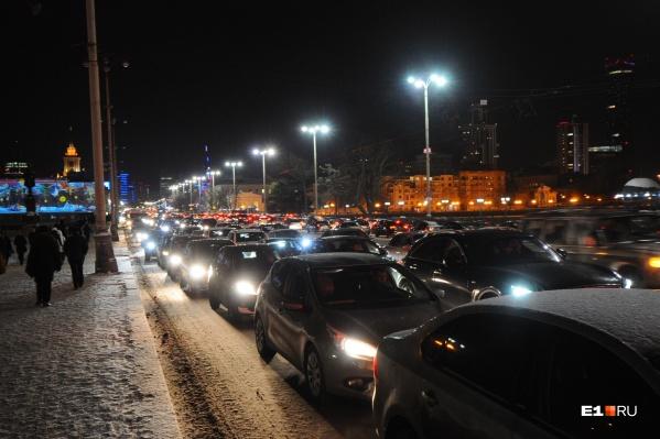 В пятницу Екатеринбург хорошенько засыпало снегом