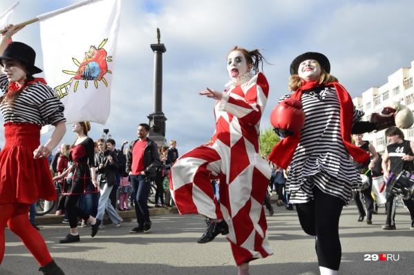 В этом году фестиваль вновь откроет яркое карнавальное шествие