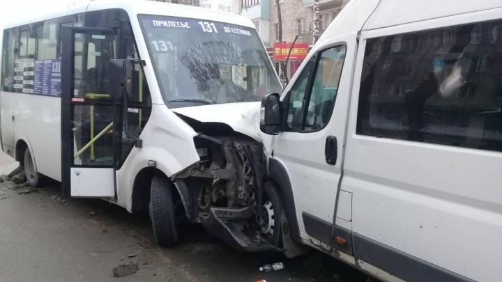Пострадали пассажиры: в Тольятти лоб в лоб столкнулись 2 маршрутки