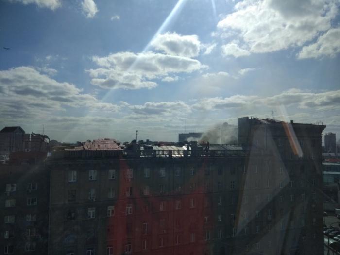 Дым над «Домом под строкой» читатели НГС заметили сегодня около 17:00