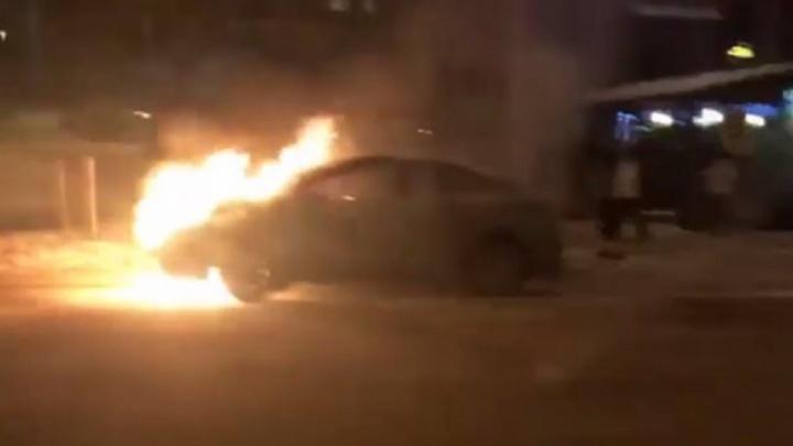 «Водитель вышел, пытался тушить»: в центре Перми на ходу загорелась иномарка