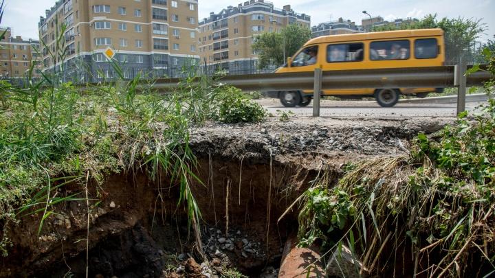 В Волгограде после сильных ливней рушится дамба в проезде Дорожников