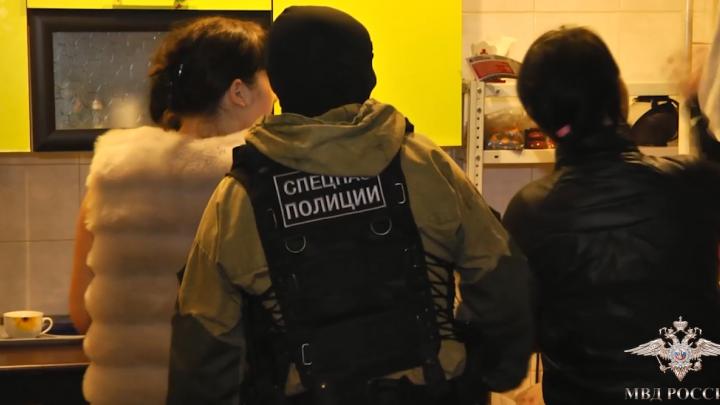 Двое пошли под суд за организацию в Красноярске под видом массажных салонов сети борделей