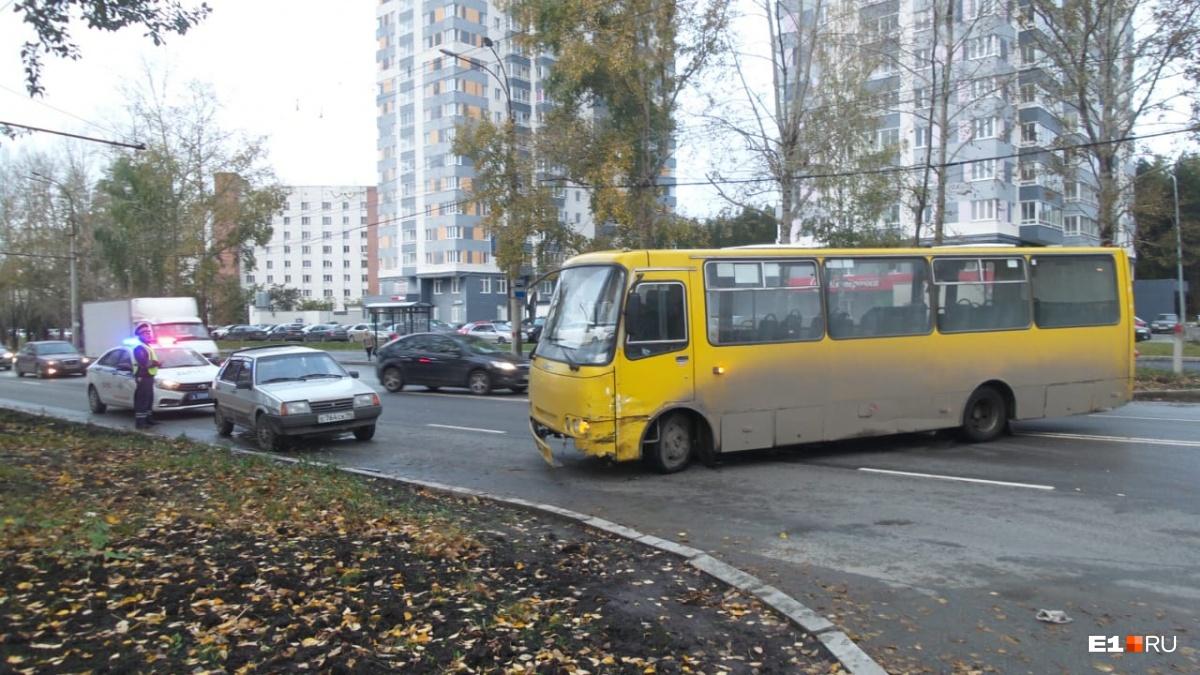 На Амундсена «девятка» задом протаранила автобус. Водителя легковушки увезли в больницу
