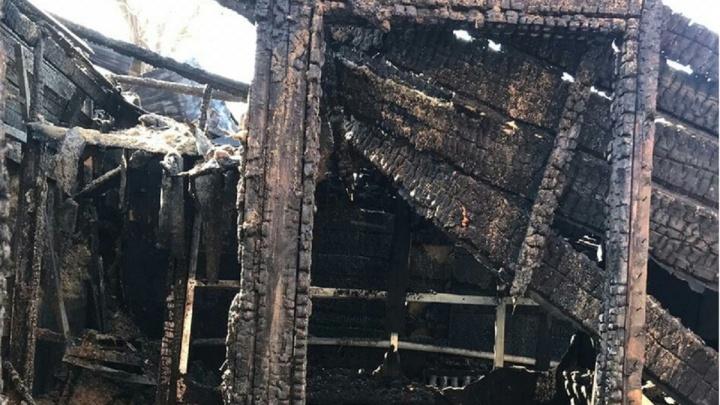 Многодетная мать на работе увидела в окно, как загорелся её дом. Семья осталась без крова