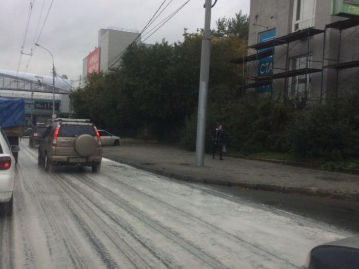 В пене оказалась проезжая часть улицы Большевистской в сторону центра города