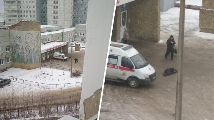 Ситуацию с мужчиной, лежащим у дверей больницы в Уфе, прокомментировали в скорой