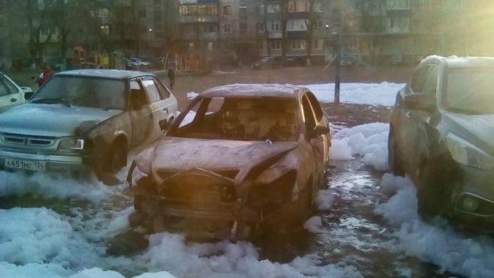 Пироманы сожгли пять автомобилей на юге Волгограда
