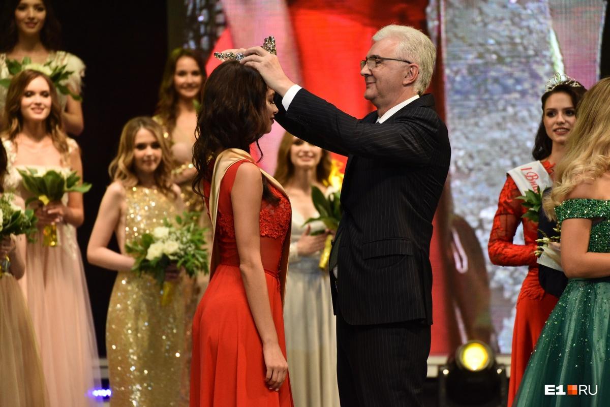 Имя победительницы по традиции назвал глава администрации Александр Якоб, он же надел корону ей на голову