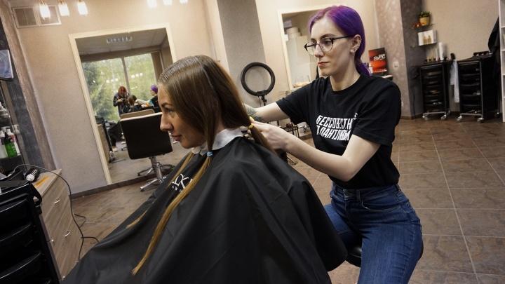 «Это подарок от чистого сердца»: омичка обрезала волосы, чтобы помочь неизлечимо больным