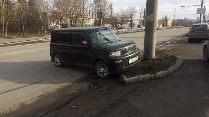 «Ford подрезал»: в Челябинске влетел в столб автомобиль с беременной пассажиркой