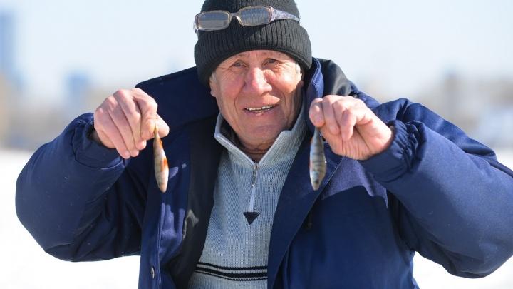 """""""Для души и с мыслями разобраться"""": рыбаки объяснили, зачем выходят на тонкий лёд Исети"""