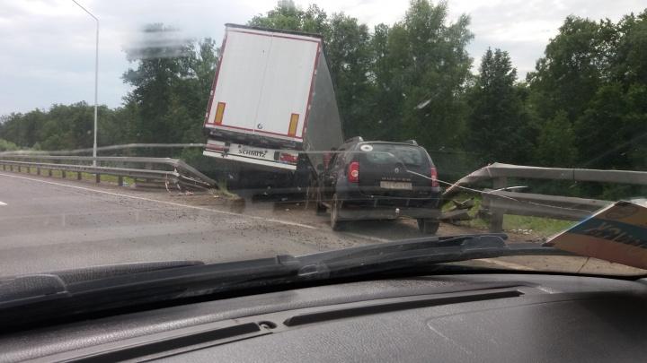 На трассе в Башкирии большегруз и Renault Duster вылетели в кювет