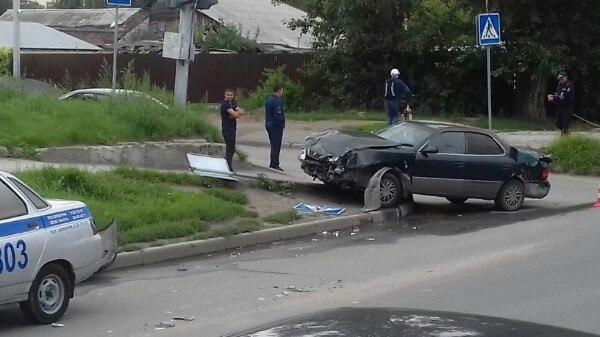 «Тойота» вылетела на тротуар и снесла знак пешеходного перехода