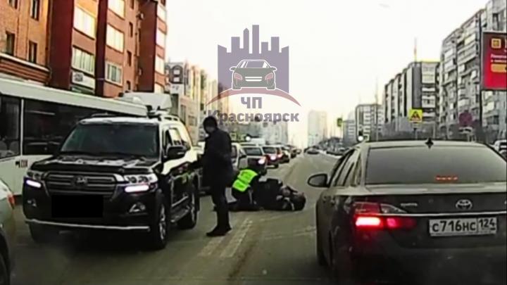 «Ему предложили быть понятым»: гаишники жестко скрутили убегавшего мужчину посреди дороги