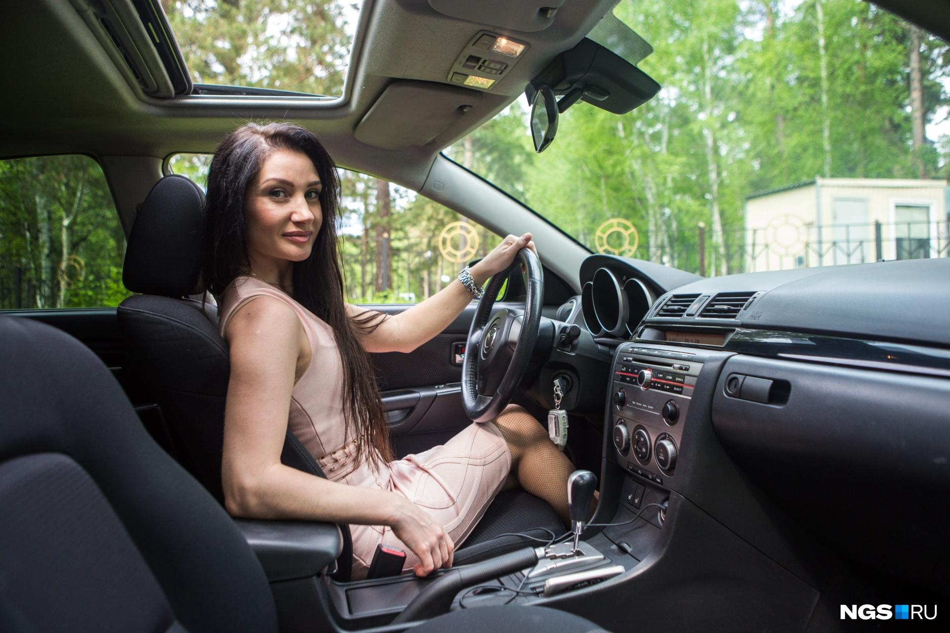 На права Вероника сдала семь лет назад, но водить научилась еще раньше — говорит, любовь к дороге у нее в крови