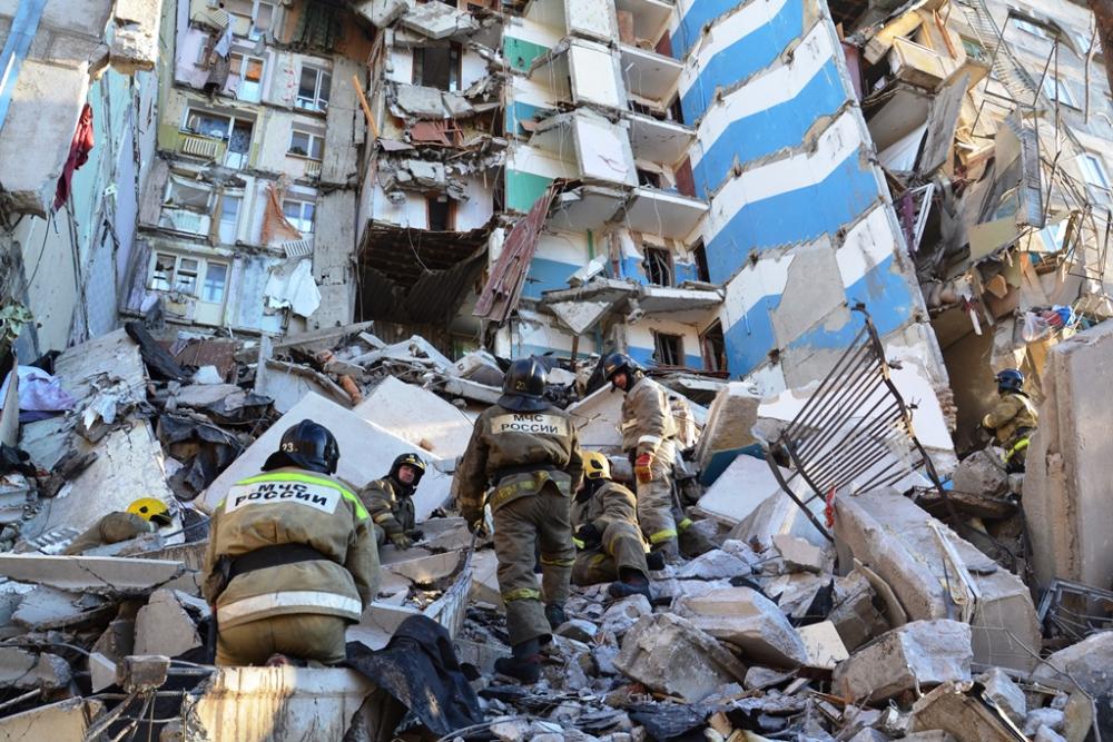Сотрудники МЧС сами несколько часов рисковали жизнью, пока над ними нависала огромная бетонная плита
