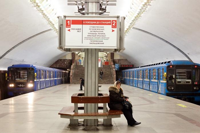 Пар новосибирец заметил на входе на станцию «Площадь Маркса»