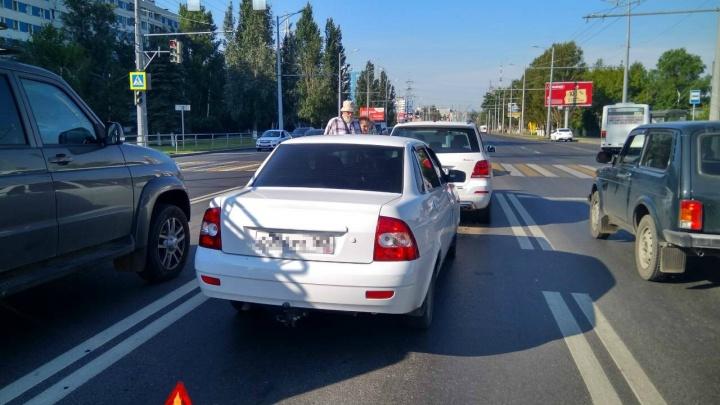 «Водитель попал!»: на Московском шоссе «Приора» протаранила Mercedes