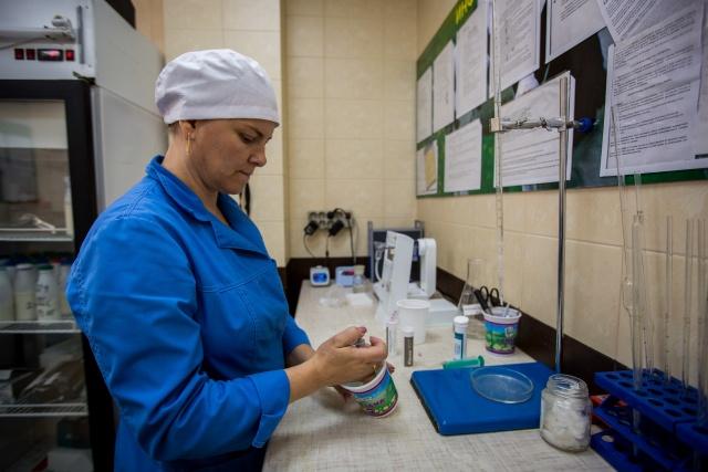 Лаборант хозяйства Зоя Кулешова говорит, что приезжающие из европейской части страны гости всегда хвалят их молоко и говорят, что у себя такого позволить себе не могут