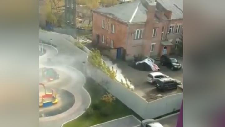 Красноярцы приняли выброс золы на территории пожарной части в центре за пожар и возмутились