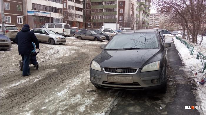 Зачем мыть машину, если ее могут обтереть одеждой пешеходы, на пути которых попалось брошенное авто?