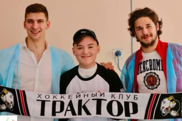 Александр Тридчиков и Юрий Могильников вручили юному фанату сувениры от«Трактора»