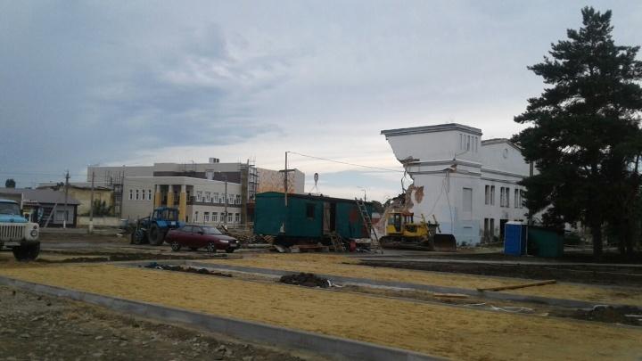 «Здесь будет яблоневый сквер и фонтан»: в Урюпинске снесли старейшее здание города