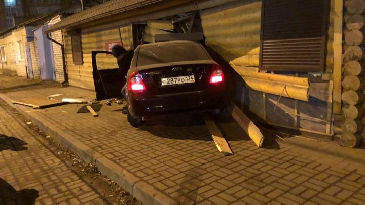 «Снес стену, перебил холодильники»: в Волгограде пьяный водитель на полной скорости врезался в баню