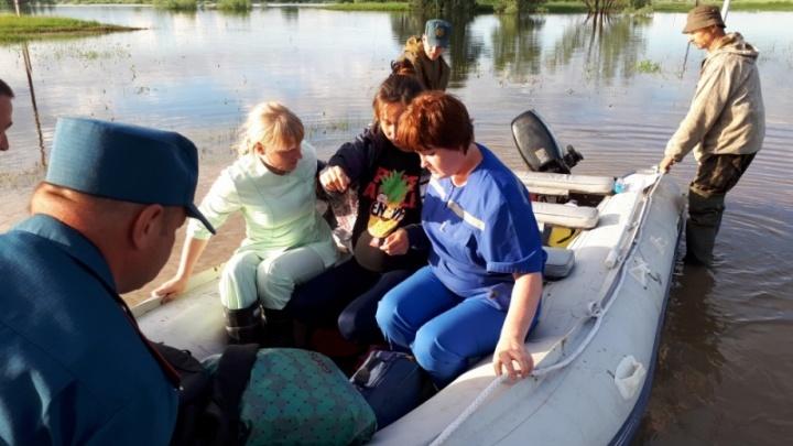 Жительнице Омской области пришлось проехать 30 километров со спасателями, чтобы родить в больнице