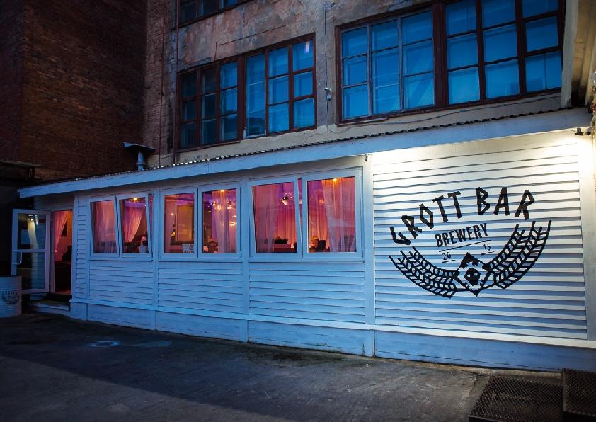Пока новое заведение в разработке, можно отдохнуть на летней веранде Grott Bar