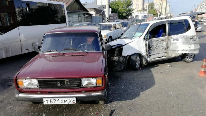 На 10 лет Октября произошла массовая авария с шестью машинами