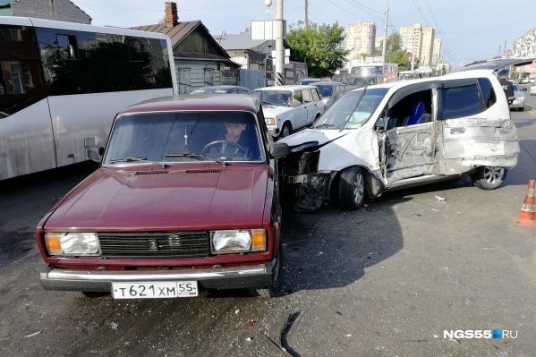 Виновника аварии доставили в больницу