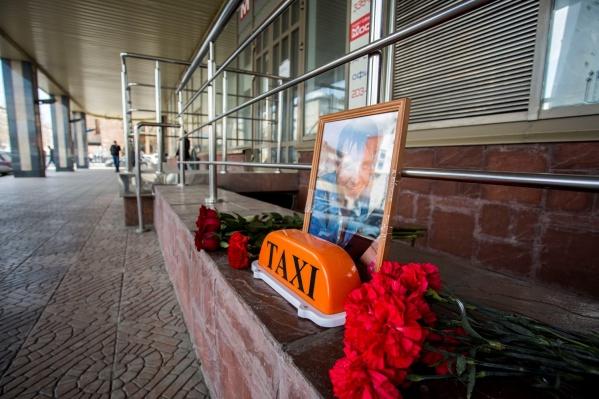 Неофициальный кенотаф организовали у ТЦ «Москва»