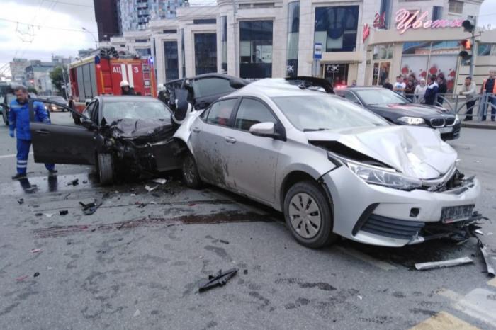 Водитель KIA на огромной скорости врезался в машину такси