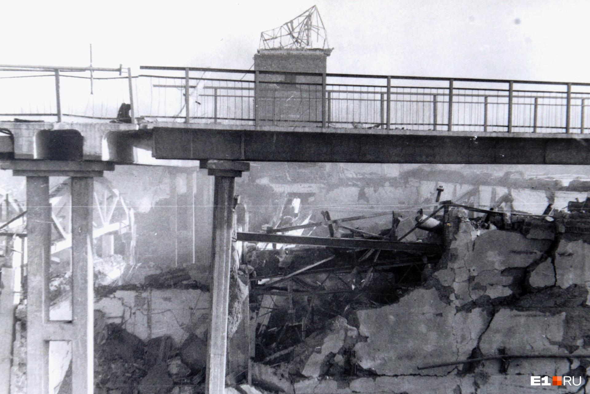 От взрыва разрушился мост через железнодорожные пути. Сейчас он восстановлен, но, проходя по новому участку, можно увидеть конструкции старого, оставшегося с 1988 года