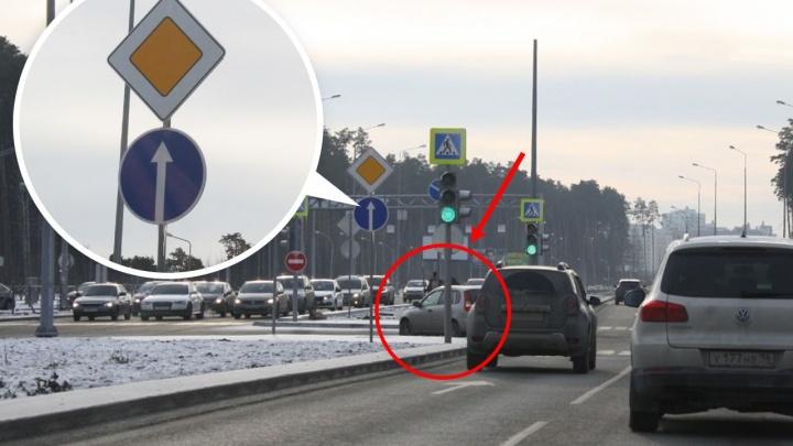 Знаки просто игнорируют: новая схема движения на Серафимы Дерябиной — Объездной запутала водителей