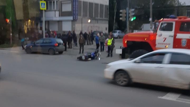 На Новой Сортировке водитель иномарки не пропустил и сбил на дороге мотоциклиста