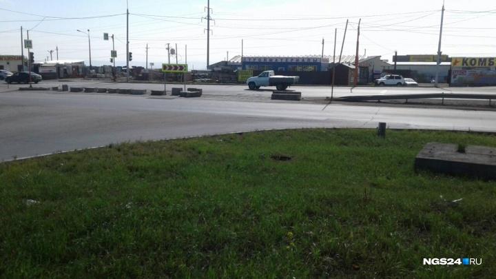 Неизвестные убрали бетонные блоки с поворота в «Солнечный» на Енисейском тракте