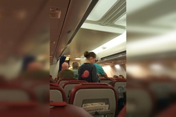 Некоторые пассажиры покинули самолёт, ссылаясь на то, что он неисправен