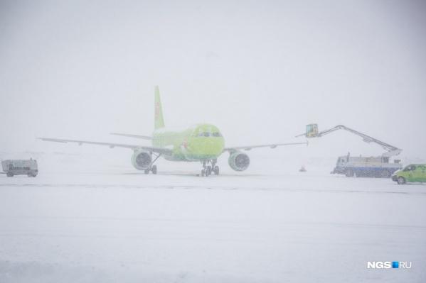 Жительница Норильска поскользнулась на трапе во время посадки в Новосибирске, теперь она хочет подать жалобу