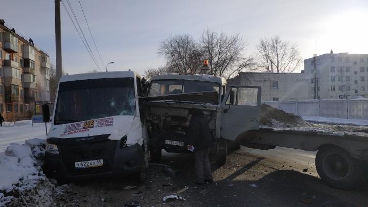 В Омске фура врезалась в маршрутку с пассажирами