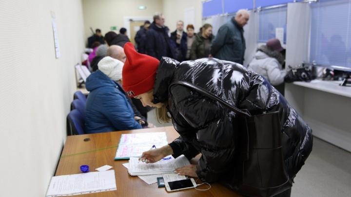 «Почему мы должны потеть и умирать?»: ярославцы выстроились в огромные очереди в офисе «Газпрома»