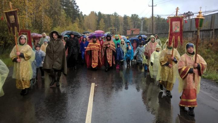 В дождевиках и с зонтиками: в Екатеринбурге школьники прошли крестным ходом под дождём