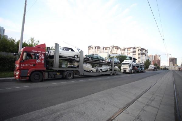 Автовозы доставили в Екатеринбург машины участников ретроралли